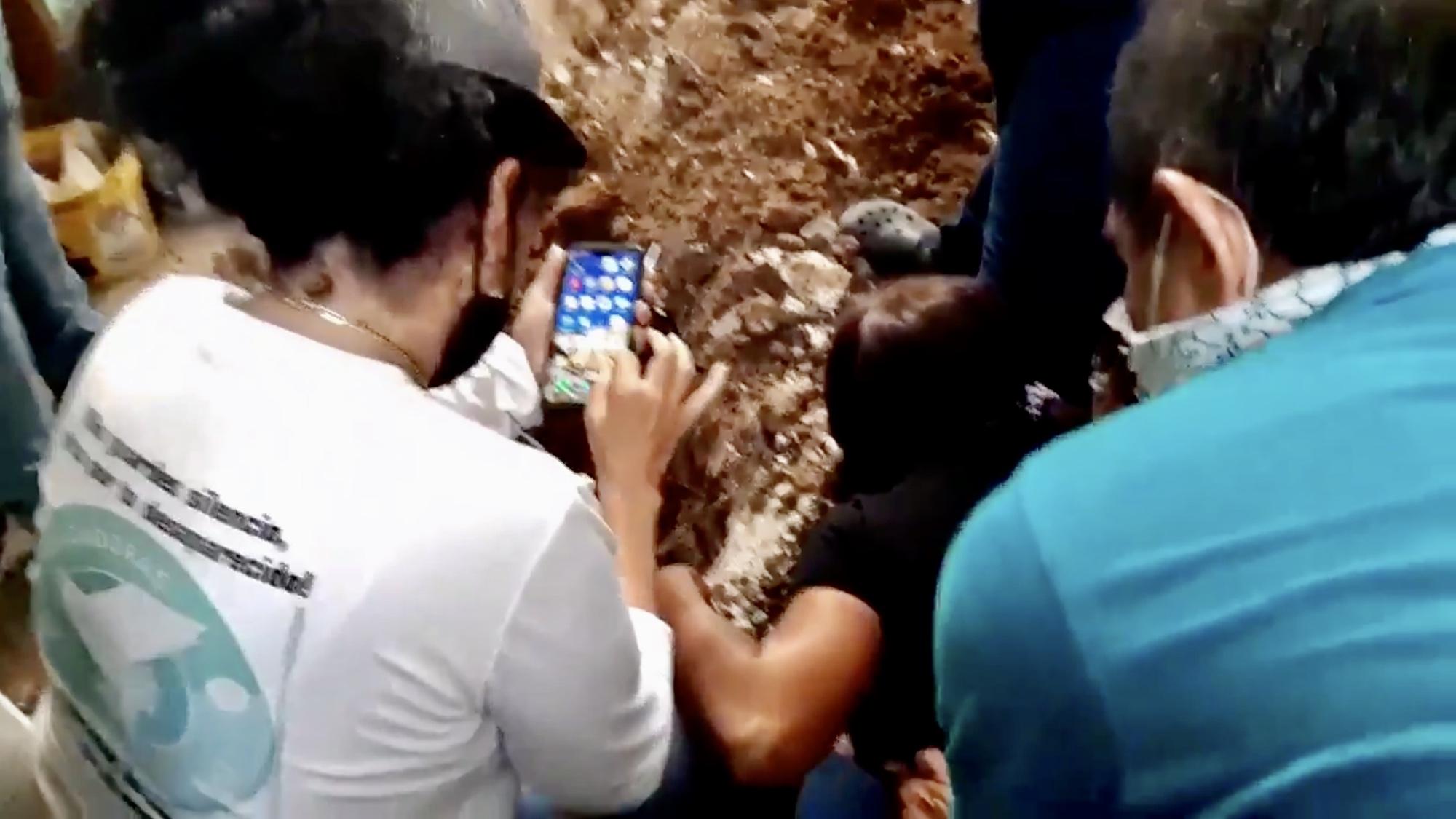 Video: Madre encuentra los restos de su hijo desaparecido en fosa clandestina