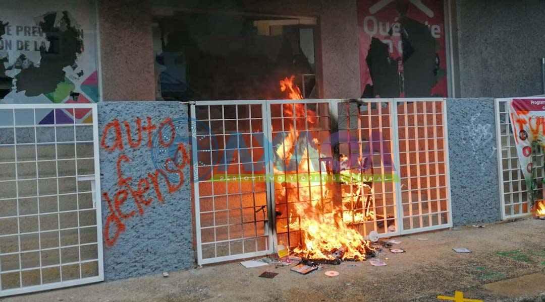 Feministas en Oaxaca combaten violencia con mas violencia; destruyen oficinas a su paso