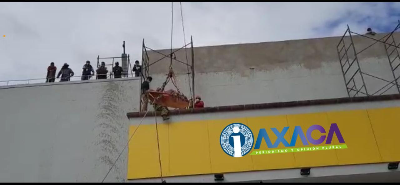 Bomberos rescata a trabajador caído en techo de Coppel, Plaza Oaxaca