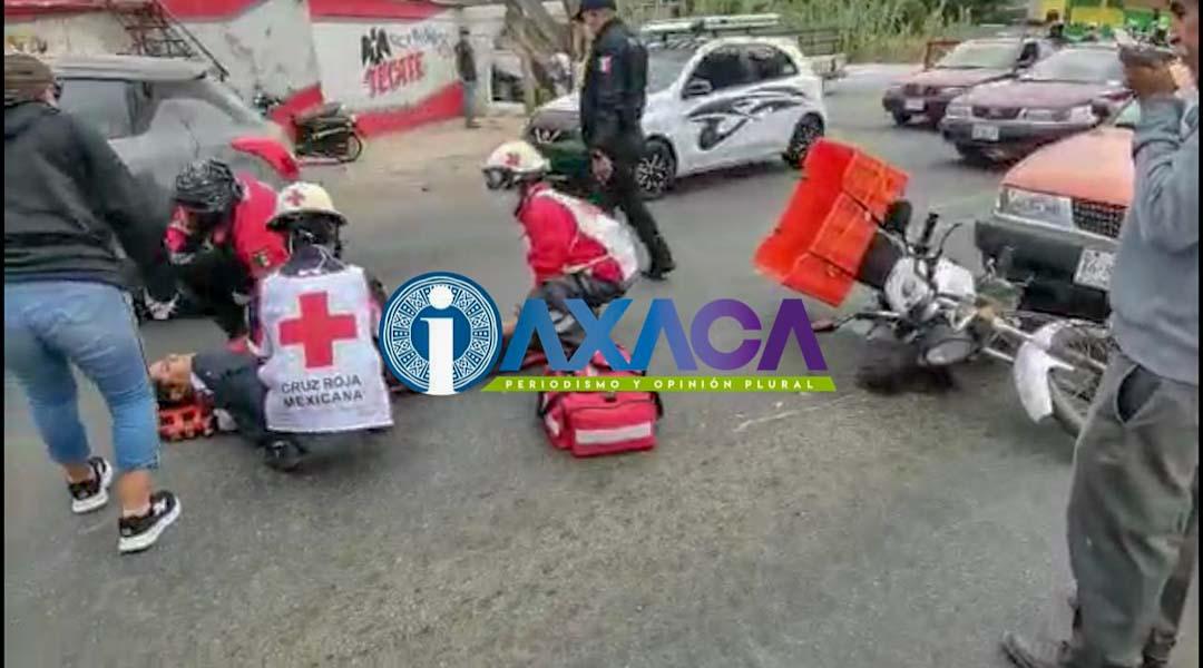 Imprudente taxista embiste a motociclista en Símbolos Patrios,Oaxaca